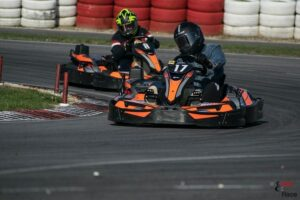 deux karting orange sur piste